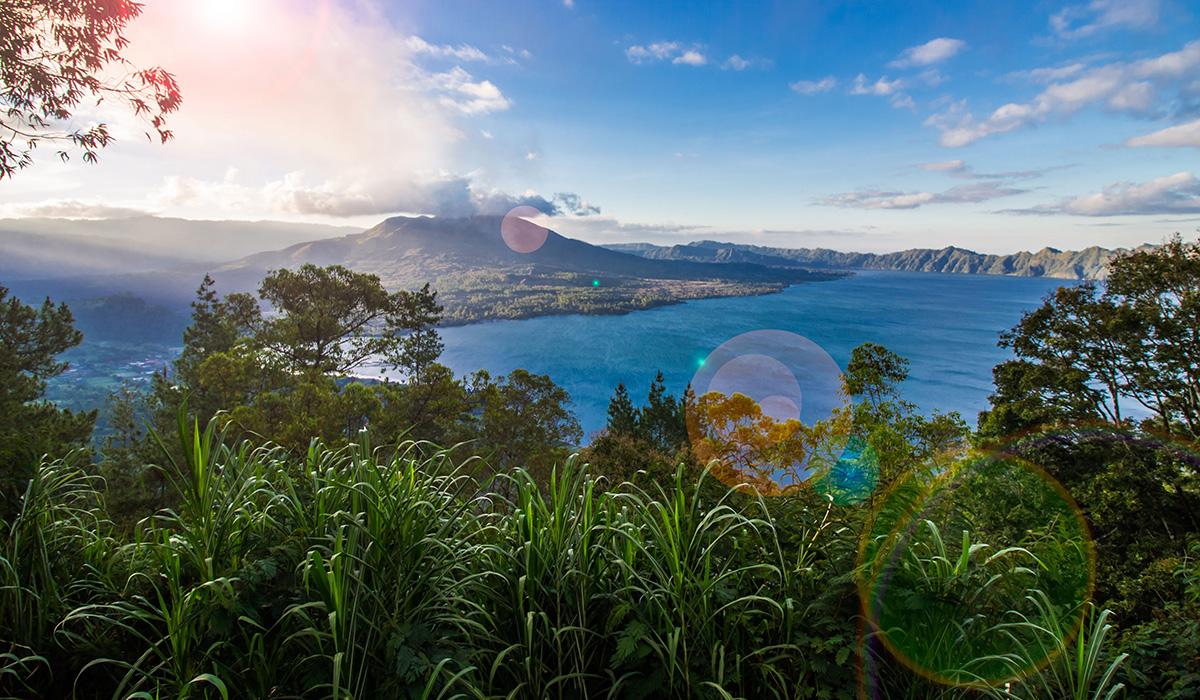 Jezero Batur na ostrově Bali v Indonésii.