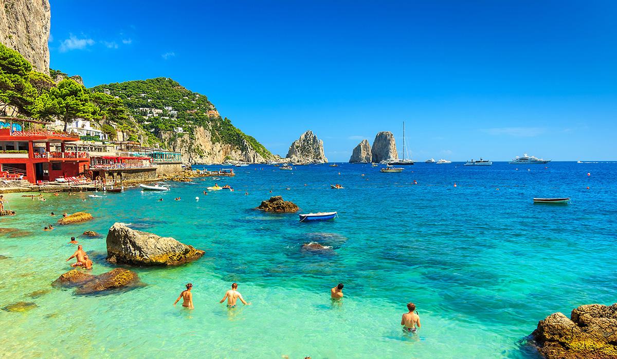 Úchvatná krásná pláž s útesy na ostrově Capri.