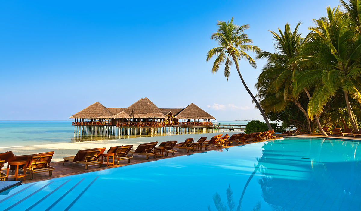 Pohled od bazénu v resortu na Maledivách.