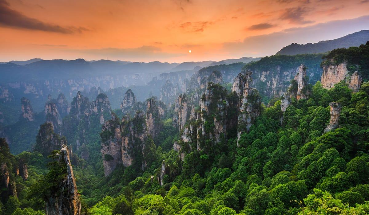 Západ slunce v národním parku Zhangjiajie