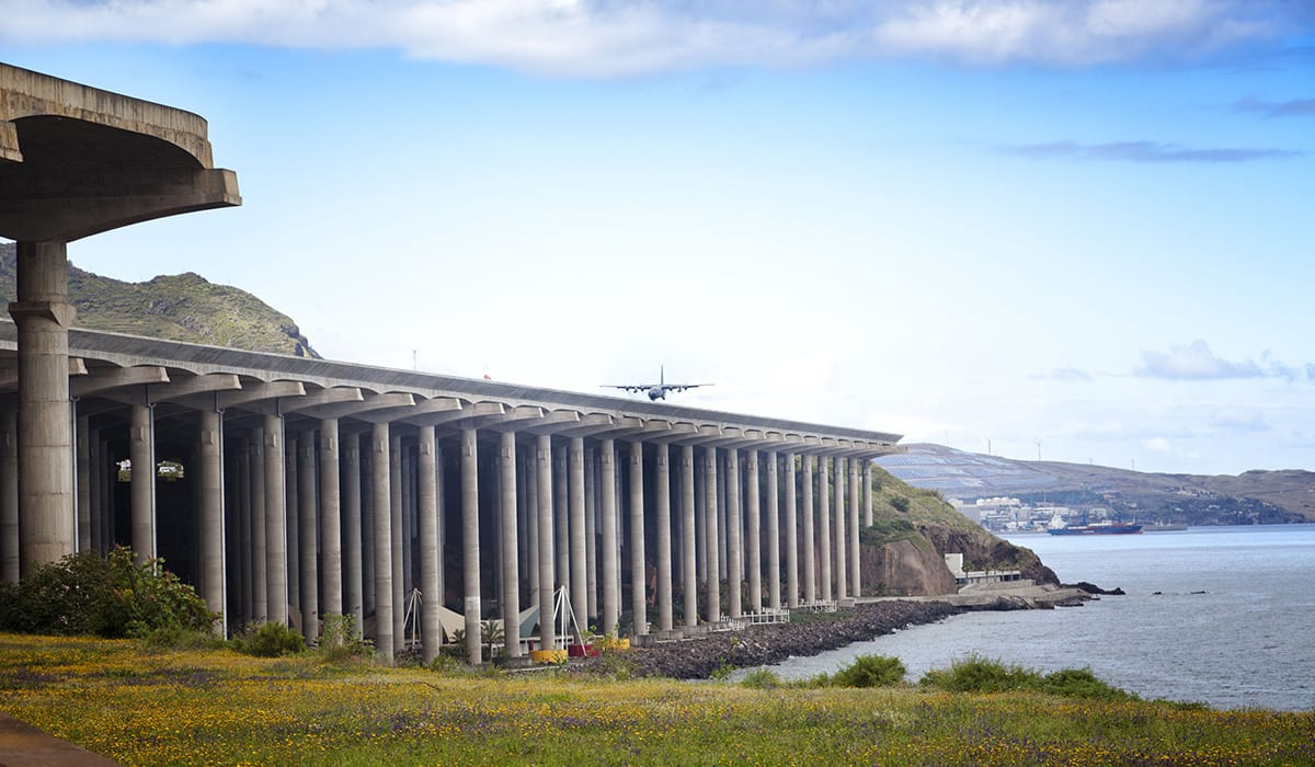 Foto: © oleandra   Portugalsko - Madeira Airport
