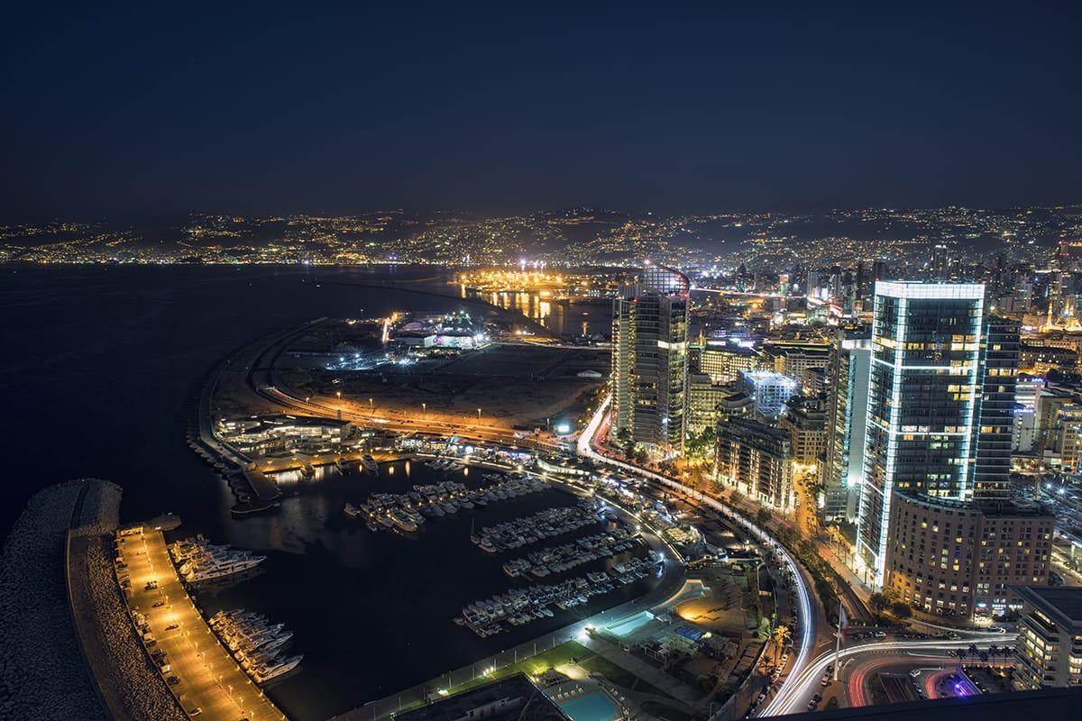 Bejrút v noci - Pobřežní promenáda Corniche