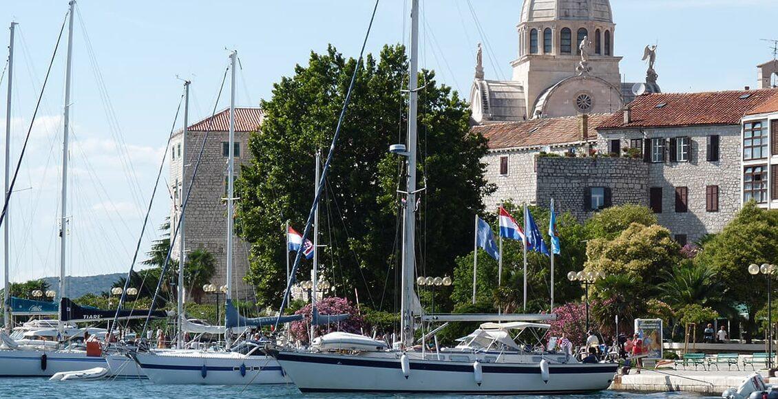 Šibenik a katedrála Sv. Jakuba v centru města. Poblíž města se nachází i Národní park Krka