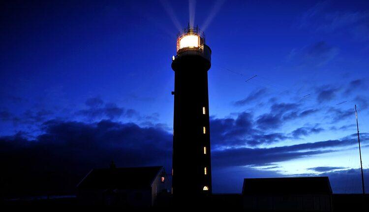 Jeden z desítek majáků v noci