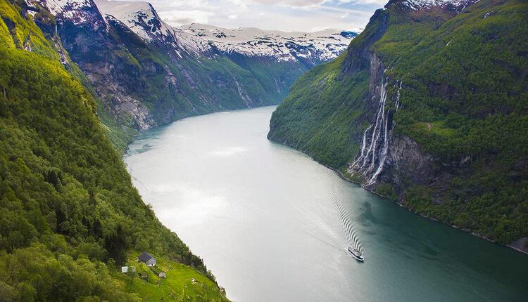 Geirangerfjord s vodopádem Sedm sester