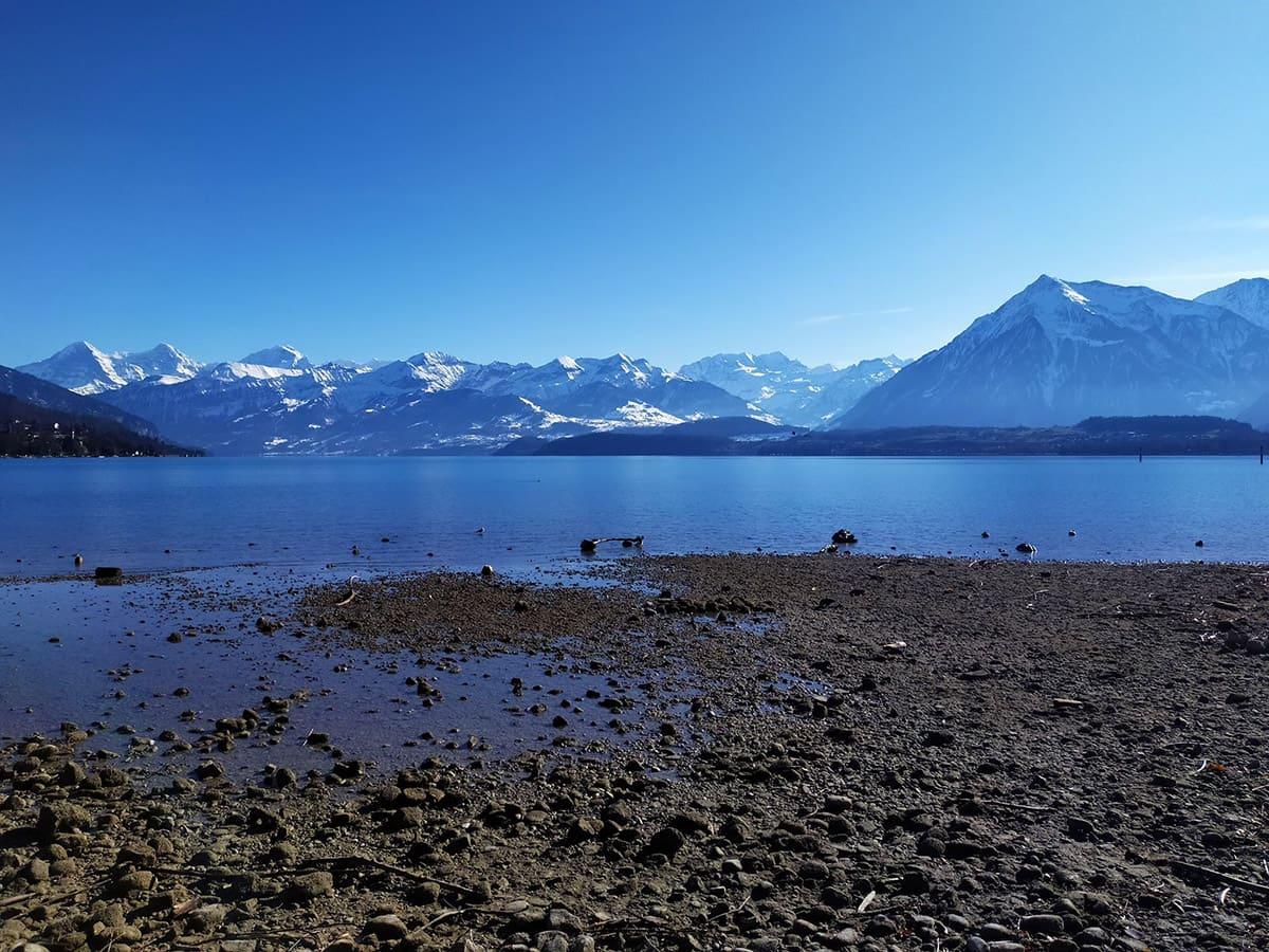Thunské jezero je obklopeno horami