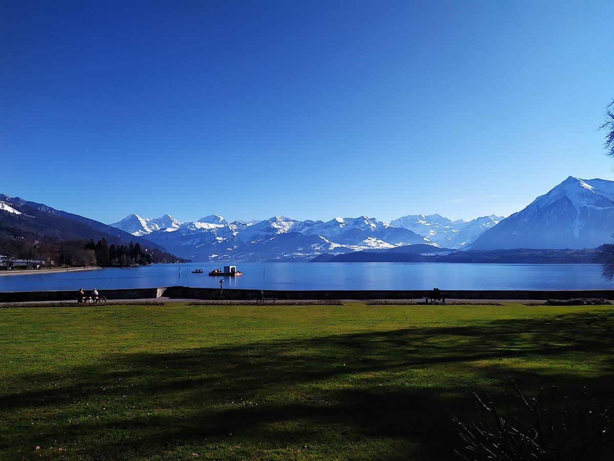 Posezení u zámku s výhledem na jezero a okolní krajinu.