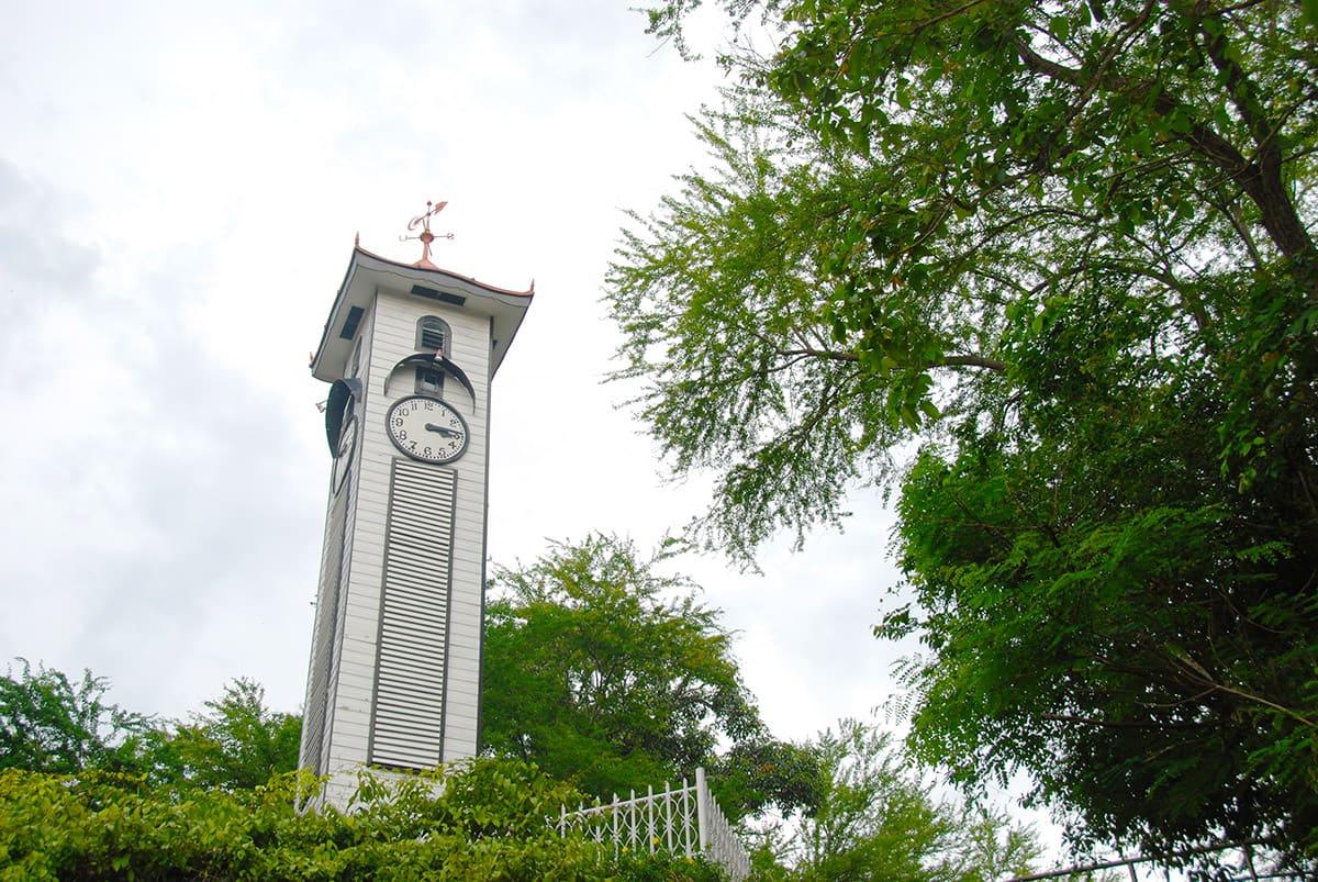 Bílá a nenápadná věžička - Atkinson tower s hodinami