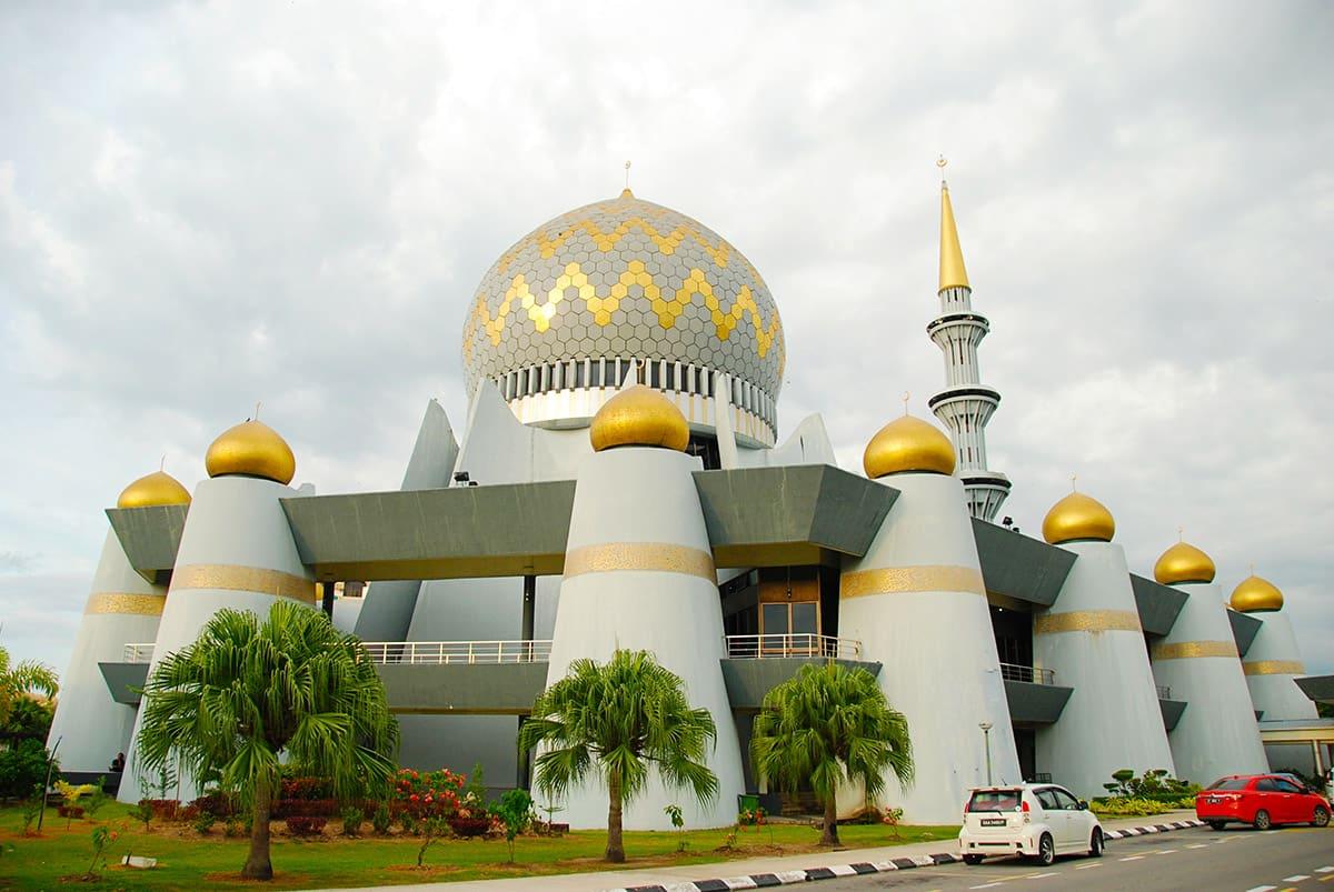 Státní mešita Masjid Negeri Sabah je postavená v tradičním islámském stylu.
